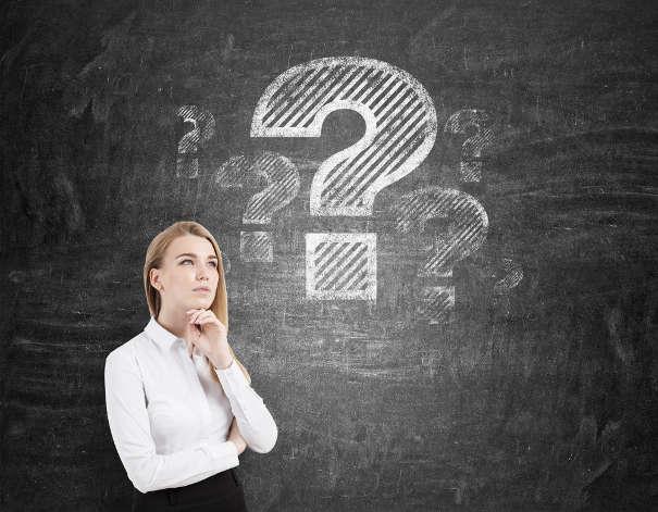 Junge Frau fragt sich: Wie funktioniert ein außergerichtliches Mahnverfahren?