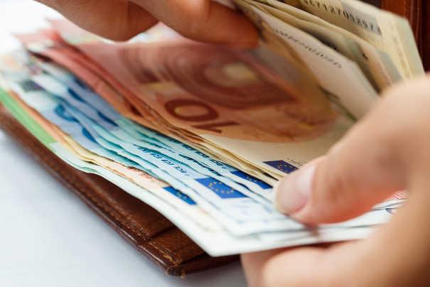 Inkassokosten: Geldscheine in Brieftasche