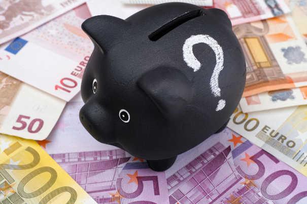 Dann lohnt die Zusammenarbeit mit einem Inkassobüro - Sparschweinchen auf Geldscheinen