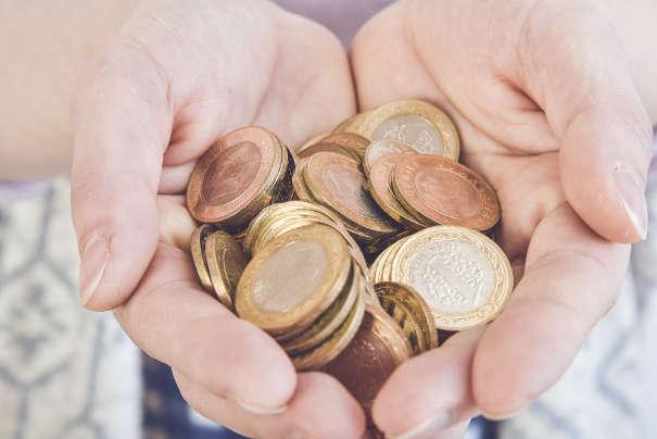 Hände mit Geld - Inkasso Gebühren