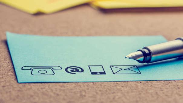Symbole für Telefon, Web, Smartphone, Brief als Illustration der Auslagenpauschale im Inkasso